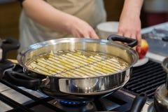妇女烹调晚餐 免版税库存照片