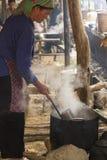 妇女烹调煮沸的肉在Bac Ha 免版税图库摄影