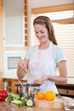 妇女烹调的纵向 免版税图库摄影
