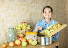 妇女烹调苹果果酱 免版税库存图片