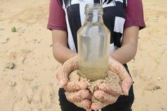 妇女煤斗瓶 免版税库存图片