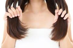 妇女照料她的头发 库存图片