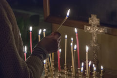 妇女照明设备祷告蜡烛 库存照片