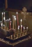 妇女照明设备祷告蜡烛 库存图片