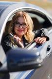 妇女照片有唇膏的在坐在汽车的手上 库存图片
