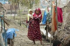 妇女照顾她的儿子, Mongla,孟加拉国 库存照片