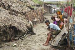 妇女照顾她的孩子, Mongla,孟加拉国 免版税库存图片
