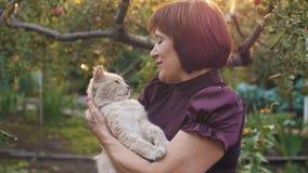 妇女爱她的猫 影视素材