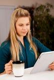 妇女片剂 免版税库存图片