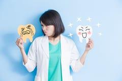妇女牙医作为牙板 免版税库存图片
