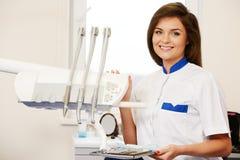妇女牙医在牙齿办公室 库存照片