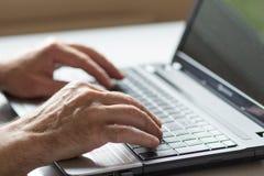 妇女特写镜头有膝上型计算机的 免版税库存图片