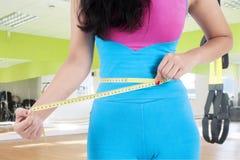 妇女特写镜头测量她的腹部 库存图片