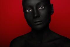 妇女特写镜头画象黑油漆的 库存照片