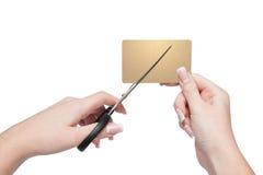 妇女特写镜头递切口金子信用卡 免版税库存照片