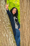 妇女狂跳乱撞在树 免版税库存照片