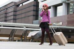 妇女独奏旅客在新的城市到达 图库摄影