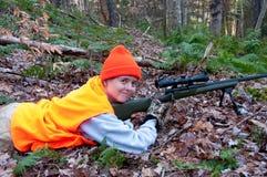 妇女猎人微笑与她的步枪 免版税库存图片