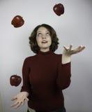 妇女玩杂耍的苹果 免版税图库摄影