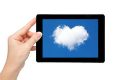 妇女现有量暂挂有蓝天和云彩的一种片剂在重点  免版税图库摄影