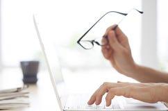 妇女现有量特写镜头在计算机键盘的 库存图片