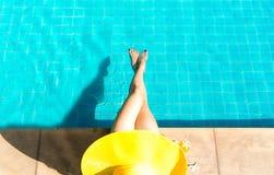妇女生活方式松弛近的豪华游泳池sunbath,在海滩胜地的夏日在旅馆里 免版税库存照片