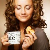 妇女用咖啡和曲奇饼 免版税图库摄影