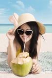 妇女用在海岸的椰子果子 库存图片