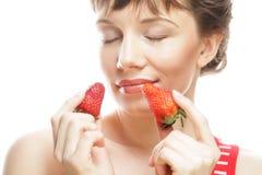 妇女用在白色背景的草莓 免版税图库摄影