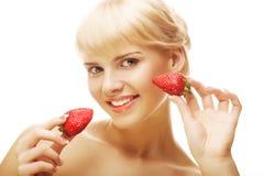 妇女用在白色背景的草莓 免版税库存照片