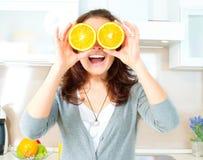 妇女用在眼睛的桔子 库存图片