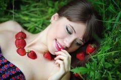 妇女用室外的草莓 库存图片