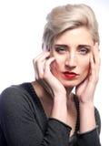 妇女用对面孔的手 免版税图库摄影