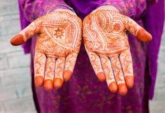 妇女用无刺指甲花被绘的手 免版税库存照片