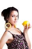 妇女用柠檬和作为耳环 免版税库存照片