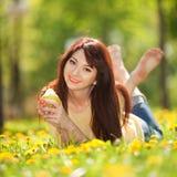 妇女用梨在公园 免版税库存照片