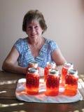 妇女用樱桃罐头水果 免版税库存图片