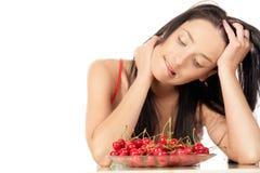 妇女用樱桃 库存照片