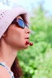 妇女用樱桃 免版税库存照片