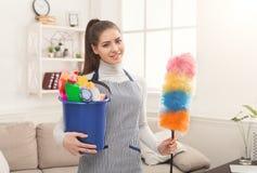 妇女用清洁设备准备好对洁净室 免版税图库摄影