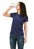 妇女用空白的紫色衬衣饮用的咖啡 免版税库存图片