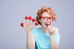 妇女用草莓 库存照片