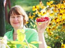 妇女用莓 库存图片