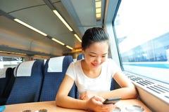 妇女用途火车智能手机内部  免版税库存图片