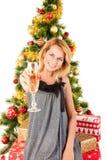 妇女用香槟、圣诞树和礼物 库存照片