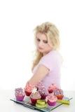 妇女用鲜美杯形蛋糕 免版税图库摄影
