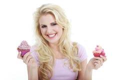 妇女用鲜美杯形蛋糕 图库摄影