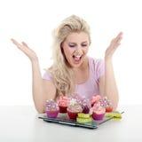 妇女用鲜美杯形蛋糕 免版税库存照片