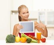 妇女用水果、蔬菜和片剂个人计算机 免版税库存图片