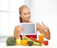 妇女用水果、蔬菜和片剂个人计算机 图库摄影